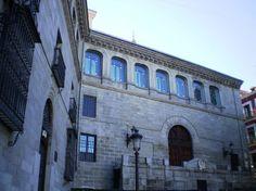 Capilla del Obispo. Fachada septentrional, de estilo renacentista. Está situada en la Plaza de la Paja.