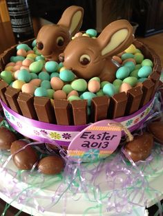 Easter Kit Kat Cake - picture only - take any frosted layer cake and put Kit Kats all round (the frosting will hold it), top with 2 chocolate bunies and pastel jelly beans. Easter Bunny Cake, Hoppy Easter, Easter Cookies, Easter Treats, Easter Eggs, Easter Food, Bunny Cupcakes, Easter Deserts, Easter Holidays