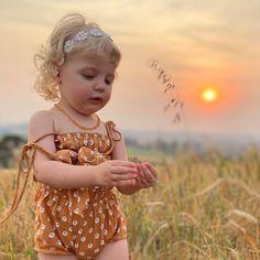 """Maternidade / Moda infantil 🥰✨ on Instagram: """"Boa noite com essas fotos lindas🥰 pra começar a semana com muita leveza e com o coração cheio de gratidão ✨❤️ . Uma linda e abençoada…"""" Summer Memories, Dress Sandals, Crown, Seasons, Instagram, How To Wear, Dresses, Fashion, Nighty Night"""