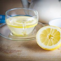 A cup of hot lemon water is how many nutritionists begin their days. These health benefits of lemon water will convince you to start your day the same way. Drinking Hot Lemon Water, Acid Reflux Remedies, Home Remedies For Acne, Acne Remedies, Detox Tips, Food Crush, Detox Your Body, Body Cleanse, Stomach Cleanse