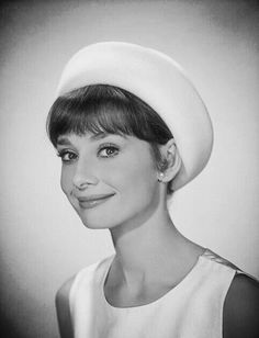 Audrey Hepburn in Paramount Studios' portrait gallery on her first visit to Hollywood, CA, Audrey Hepburn Outfit, Audrey Hepburn Mode, Audrey Hepburn Photos, Katharine Hepburn, Audrey Hepburn Wallpaper, Golden Age Of Hollywood, Vintage Hollywood, Photo Portrait, Glamour