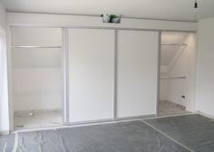 Ein altes Haus und mit Zimmertüren in Massivholz – Rahmenbauweise, weiss lackiert. Ein Schlafzimmer mit steiler Dachschräge. Und dafür einen begehbaren Schrank zu planen, der sich einfügt und auch ein neues Wohngefühl vermittelt,war die Aufgabe für mich. Mit diesem begehbaren Kleiderschrank ist die Aufgabe ideal ... Weiterlesen