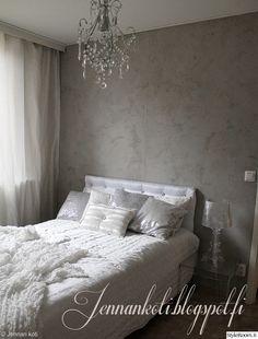 sÄngynpÄÄty,makuuhuone,sisustus,tyyny,tyynyt,torkkupeitto,struktuuriseinä,harmaa seinä,sänky