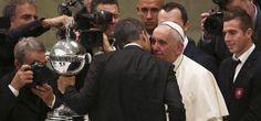 Papa Francisco recibió la Copa Libertadores