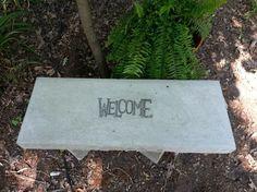 Sitzbank aus Beton mit Inschrift