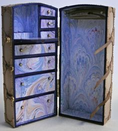 My fun version of the Belle Epoch Travel Trunk - the inside. It is 1:12 miniature and stands 12cm high.