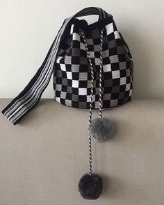Crochet Patterns Bag Black & white wayuu with pompom. Crochet Shell Stitch, Bead Crochet, Diy Crochet, Crochet Stitches, Bobble Stitch, Crotchet Bags, Knitted Bags, Tapestry Bag, Tapestry Crochet