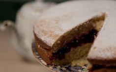"""Inspirada pela série de época """"Downton Abbey"""", Isadora prepara um clássico Victoria Sandwich para acompanhar o chá da tarde."""