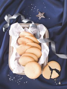Původní recept se skládá z jednoho dílu cukru, dvou dílů másla a tří dílů ovesné mouky. Angličané do nich přidávají různé přísady na ochucení, my pro vás ale máme základní verzi, protože si myslíme, že lehce slaná, nepřekombinovaná chuť přijde vhod nejen o Vánocích. Shortbread, Cookies, Food, Crack Crackers, Biscuits, Essen, Meals, Cookie Recipes, Yemek