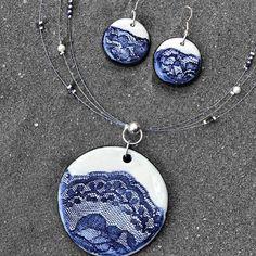 Azul y blanco, mi combinación preferida ⚪️ . . . . #ceramics #ceramica #keramik #prendasunicas #joyeriaartesanal #ceramicnecklace #ceramicjewelry #handmadejewellery #slowfashion #encajes #artesanal #diseñosunicos #dkceramicas #hechoconamor #regalaartesanal #joyeriadeautor