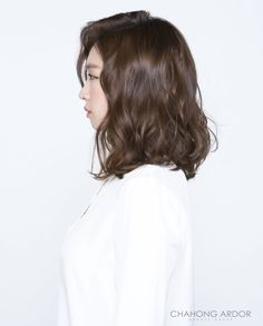 Korean beauty trends are well-known throughout the world. The Korean beauty industry has experienced a tremendous increase over the past few years. Be it skin regimes or hair trends, Koreans seem t… Asian Hair Wavy, Wavy Hair, Dyed Hair, Asian Perm, Lob Hairstyle, Permed Hairstyles, Medium Hairstyles, Shot Hair Styles, Curly Hair Styles