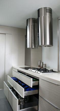 ¿Cocinas de lujo una necesidad? Te damos 3 razones de por qué una cocina debe ser un espacio de lujo en tu hogar  #CocinasDeLujo Kitchen Pantry, Kitchen Cabinets, Storage, Furniture, Home Decor, Luxury Kitchen Design, Space, Home, Purse Storage