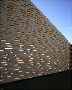 Celosía realizada con sobrantes de corte de piedra natural, dispuesta aleatoraiamente y haciendo muro de sillería.