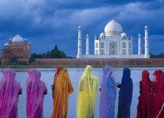 EL TAJ-MAHAL  La inspiradora belleza de este mausoleo de mármoles y cúpulas a orillas del río Yamuna, en la ciudad india de Agra