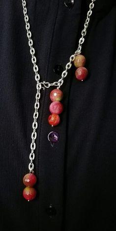 Collana con pietre naturali che vanno dal rosso acerbo e delicato sino al verde, su una base di alluminio, con lunghezza da regolare a piacere. Cerco di realizzare pezzi che possono adattarsi a chi li porta, adattabili secondo l'estro del momento.