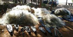 Quatro homens foram flagrados fazendo pesca subaquática a menos de mil metros da Usina Hidrelétrica de Ilha Solteira (SP) instalada no Rio Paraná, local em que qualquer modalidade é proibida. Eles ainda portavam redes. Por conta do crime ambiental, os pescadores foram multados em R$ 80 mil (sendo R$ 20 mil para cada um) e ainda responderão um processo.   Segundo a Polícia Militar Ambiental, os infratores, sendo dois de 18, um de 31 e outro de 40 anos, são moradores de Três Lagoas (MS). Eles…