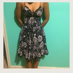 """✨✨ HOST PICKED ✨✨Blue & white floral dress Floral dress with a ruffled bottom and undercoat. Super cute and form fitting around the bodice. 32"""" long. Forever 21 Dresses"""