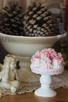 Plateau gourmand de cannelés en platre et bouquet de fleurs
