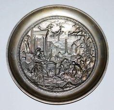 Reliefteller aus Eisen um 1800 Gemuldeter Teller aus Eisenguss, im Spiegel fein ausgearbeitet eine v