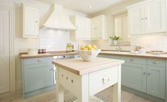 two-tone cabinets Grand Kitchen, New Kitchen, Kitchen Dining, Kitchen Ideas, Kitchen Redo, Dining Room, Bespoke Kitchens, Luxury Kitchens, Cool Kitchens