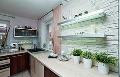 Hezkým prvkem kuchyně je dvojice podsvícených poliček.