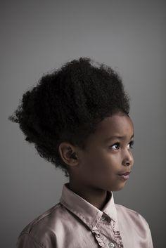 Ensaio de moda kids só com portraits. Fotografados em estúdio e iluminados com luz natural. Na foto a modelo Mirela Cristina. Styling: Kika Pagnot. Beauty: Betinho Rodrigues. Prod. Executiva: Isabela Carvalho