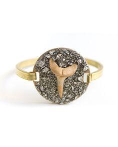 What a great idea for bangle style bracelets with glue pads Jewelry Crafts, Jewelry Art, Jewelry Accessories, Jewelry Design, Sea Jewelry, Fashion Bracelets, Chic, Jewelery, Gems