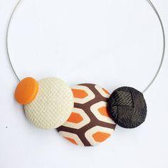 Divertente e dal sapore POP Orange Autumn fa parte della collezione di collane realizzate attraverso il riciclo creativo di cravatte vintage anni 60. Dopo unattenta scelta dei tessuti, delle texture e dei colori, ho rivestito uno ad uno i diversi bottoni che la compongono. Il risultato