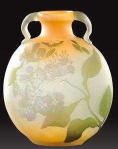 EMILE GALLE (1846-1904) Important vase gourde à cotes aplaties, panse bombée et anses en applique en verre multicouche à décor dégagé à l'acide d'Hortensias mauves sur fond opaque saumon. Signé «Gallé».… - Aguttes - 13/04/2012