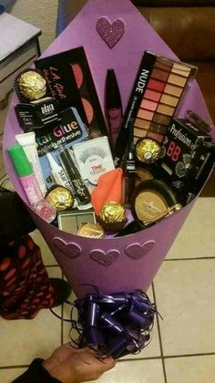 Trendy Ideas For Basket Gift Ideas Makeup Birthday Goals, Cute Birthday Gift, Birthday Gift Baskets, Diy Gift Baskets, Christmas Gift Baskets, Gift Hampers, Basket Gift, Diy Makeup Gift Basket, Makeup Gift Ideas