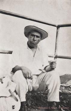 Sr. Don Antonio Fumero, descansando, desde su mochila o talego, saco su comida, dándole unos bocados el retratista lo retrato. Gente del Pueblo de Arona.