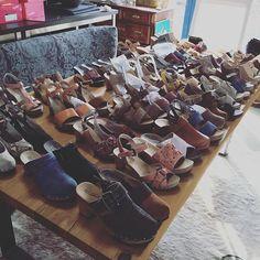 Behind the Scene aus unserem Office! Jeans, Rock, Shorts oder Kleid – uns fallen unzählige Outfits ein, zu denen wir diese Babies kombinieren können. #softclox #clogs #clogsofinstagram #iloveshoes #fashion #outfit #shoes