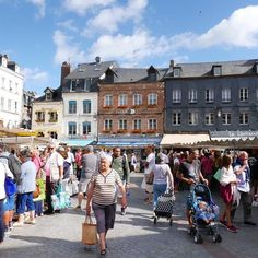 Marché d'Honfleur 🍏🍓🍑🍆🍅 #honfleur #normandie #france #saturdaymorning #visithonfleur #carasharratttravel
