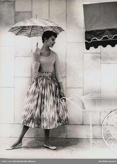 """Kjol och parasoll av """"Kalas"""" design Viola Gråsten, NK:s textilkammare. 1955."""