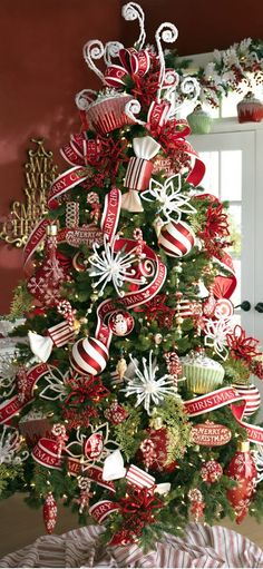 Beautiful Christmas Tree Decorated With Ornaments http://imgsnpics.com/beautiful-christmas-tree-decorated-with-ornaments/