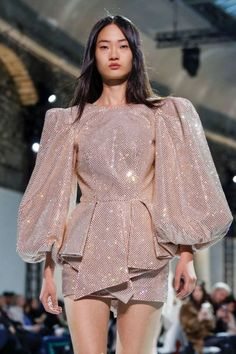 Take a look to Alexandre Vauthier Haute Couture Spring Summer the fashion accessories and outfits seen on Parigi runaways. Basic Fashion, Look Fashion, New Fashion, Vintage Fashion, Fashion Trends, Spring Fashion, High End Fashion, Fashion News, Milan Fashion
