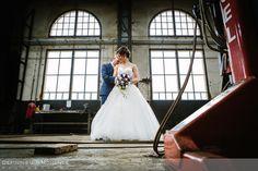 huwelijksfotograaf industriele trouwreportage urban bruidsreportage loods trein trouwfoto bruidsfoto bruidsfotografie locloods roosendaal boswachter liesbosch breda