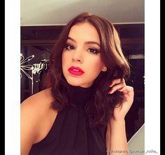 A atriz Bruna Marquezine posou com maquiagem ultra elaborada com batom vermelho rosado e sombra marrom esfumada