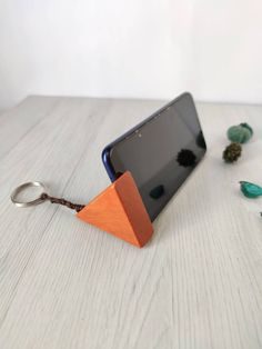 Diy Wooden Projects, Small Wood Projects, Wooden Diy, Wood Crafts, Wooden Phone Holder, Diy Phone Stand, Concrete Candle Holders, Mobile Holder, Iphone Holder