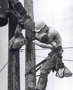 """1967, """"The Kiss Of Life"""": a utility Worker giving mouth-to-mouth to co-worker after he contacted a High Voltage wire. """"Beso de la Vida"""" capturó un trabajador tratando de salvar la vida de su compañero, luego de contactar un cable de alto voltaje. J.D. Thompson salvó la vida de Randall G. Champion y continuó viviendo otros 35 años hasta que falleció en 2002 a los 64 años."""