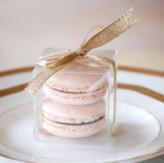 Macaron favor - love this idea for wedding favors. Perfect, Ryan and I loooove French macarons. Macaron Favors, Macarons, Macaroon Wedding Favors, Pink Macaroons, Wedding Gifts For Guests, Blush Pink Weddings, Gold Weddings, Wedding Blush, Sweet 16