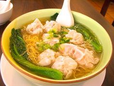 This authentic Hong Kong soup features a rich broth, thin noodles and wonton dumplings that are filled with pork and shrimp. It's simple in nature, but it tastes incredibly rich. Wonton Noodle Soup, Wonton Noodles, Easy Soup Recipes, Cooking Recipes, Chicken Recipe In Urdu, Col China, Jai Faim, Chinese Cuisine, Winter