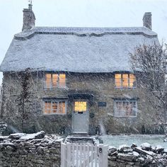 Looks like that cute cottage from the film 'The Holiday' Looks like this cute little house from the movie & … My French Country Home, English Country Cottages, English Country Decor, English Countryside, English Cottage Exterior, British Country, Country Houses, Style Cottage, Cute Cottage