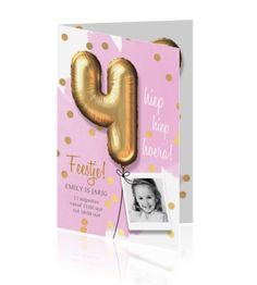Hippe verjaardag uitnodiging voor een meisje van vier jaar met roze aquarel tinten en een mooie gouden ballon.