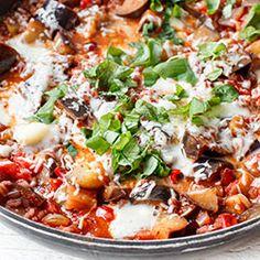 Kaszotto z bakłażanem i pomidorami. Pyszne danie obiadowe z jednej patelni z kaszą pęczak, bakłażanem i pomidorami.