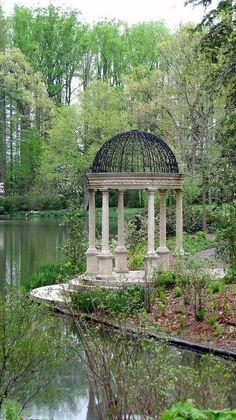 Great Unglaubliche Stein und Eisen Pavillon am Ufer eines Sees