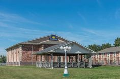 Days Inn Perryville Perryville (Missouri) Located just off Interstate 55 and less than 10 minutes' drive from the centre of Perryville, this hotel features a seasonal outdoor pool. Free Wi-Fi and a continental breakfast are provided.