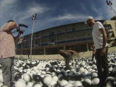 i10,000 balones en el campo…Hay un mundo que inspirar!  Vik Munizuniz viaja a #RiodeJaneiro para lograr un bien social.