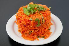 Esta simple y llena de sabor ensalada de zanahoria, jengibre y ajo. Tan sólo una porción en tu paladar y va a hacer tus dietas reductoras más fácil de hacer.