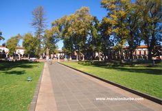 Una de las Plazas más bellas de México es la Plaza Vasco de Quiroga en Pátzcuaro, nuestro Hotel Mansión Iturbe se localiza justo frente este importante atractivo de nuestro Pueblo Mágico.